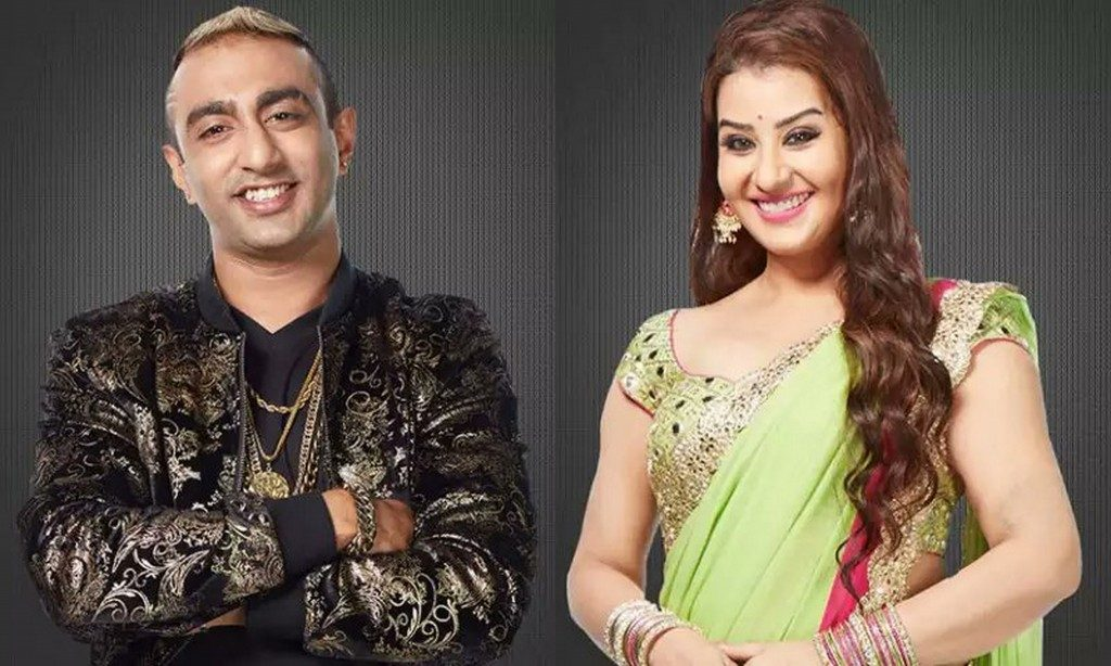 Bigg Boss 11 Shocking A Wicked Aakash Dadlani Kisses Shilpa Shinde