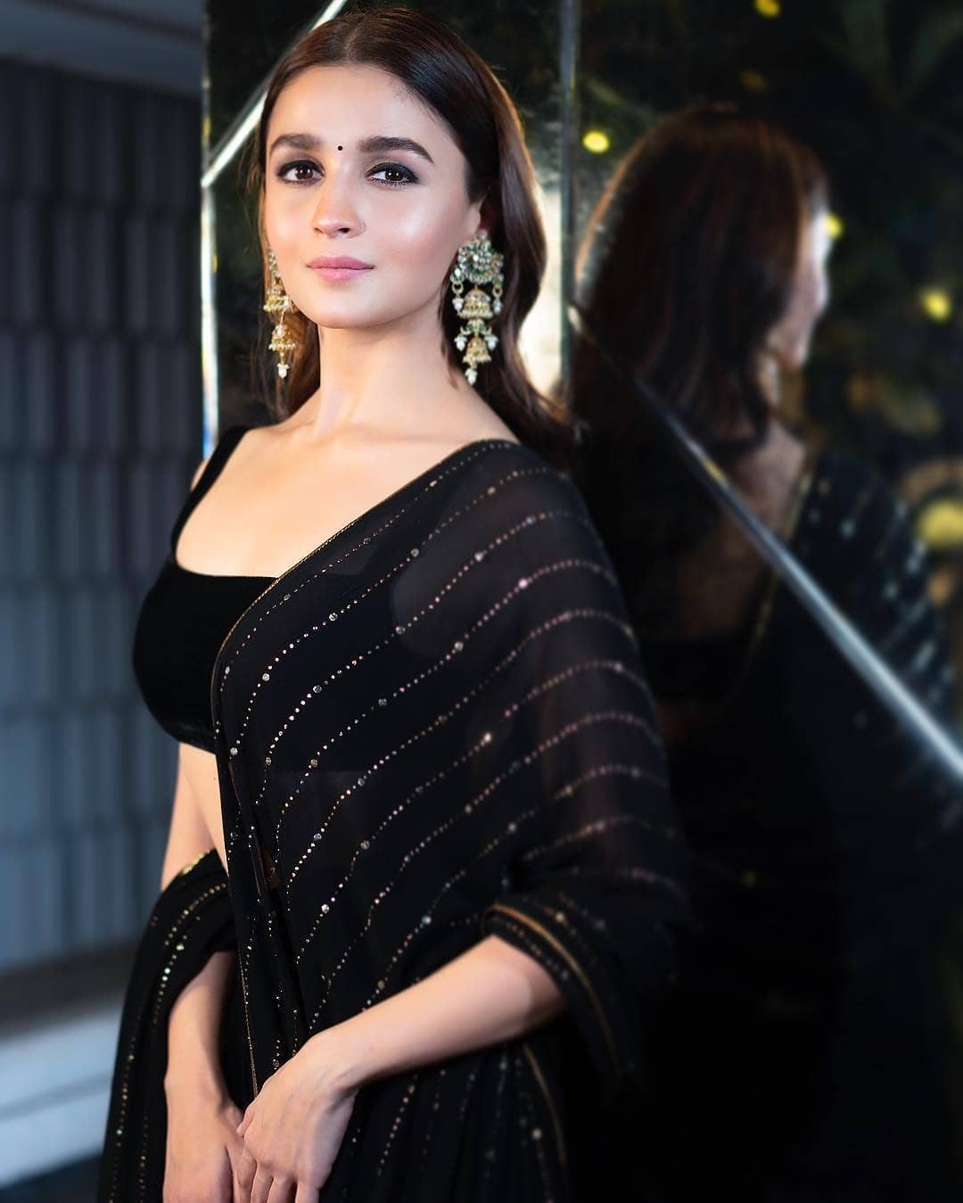 Courteously To All The Beautiful Ladies, Alia Bhatt Was The Best Dressed Celeb At Shahrukh Khan's Big Diwali Bash (2)