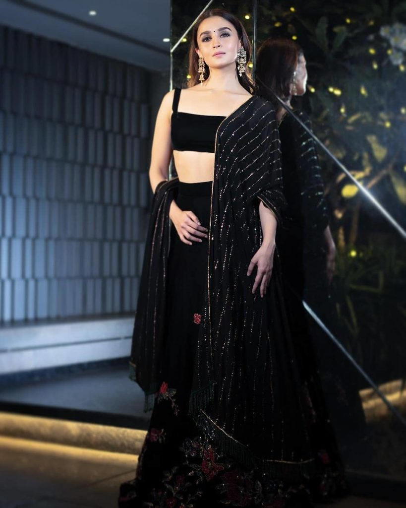 Courteously To All The Beautiful Ladies, Alia Bhatt Was The Best Dressed Celeb At Shahrukh Khan's Big Diwali Bash (6)